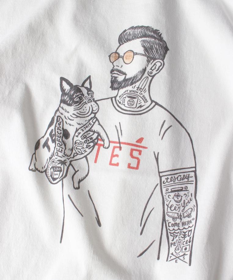 犬を抱いた男性がプリントされたTシャツ