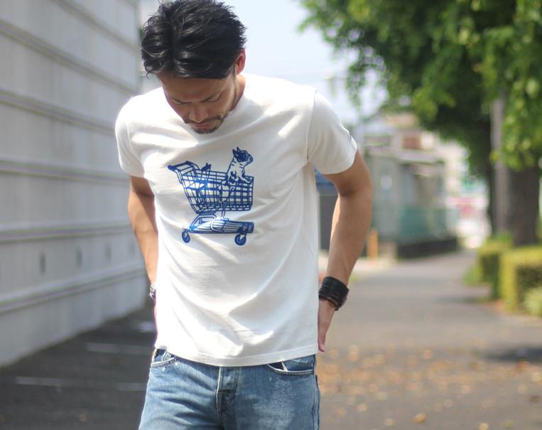TESのフロッキープリントTシャツを着た男性