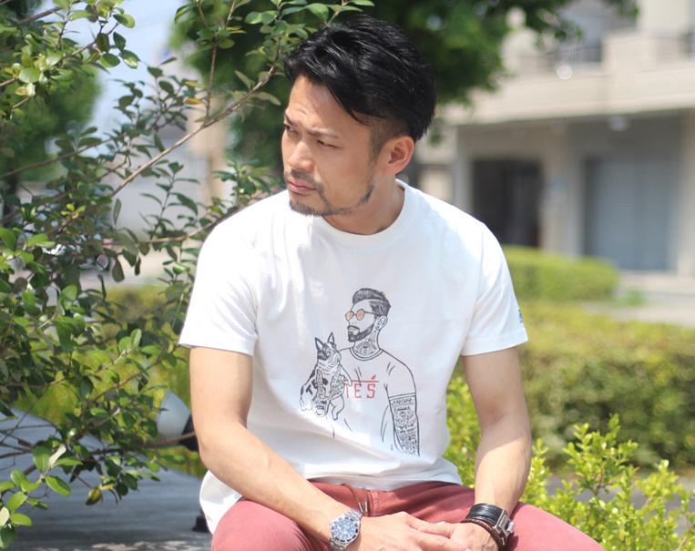 TESのマリブスターTシャツを着た男性