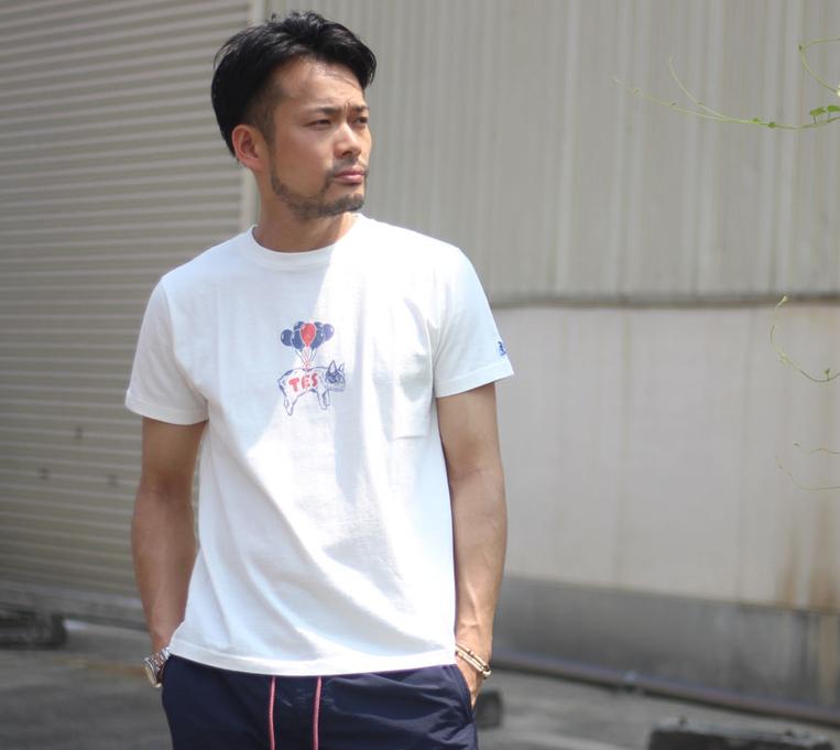 TESのバルーンBUHITシャツを着た男性