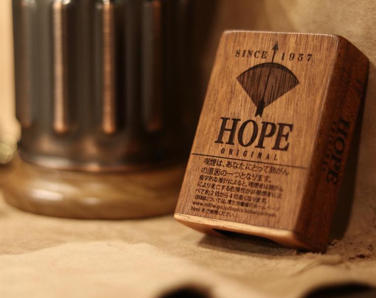 LIFE(ライフ)の木製雑貨に名前を入れる様子