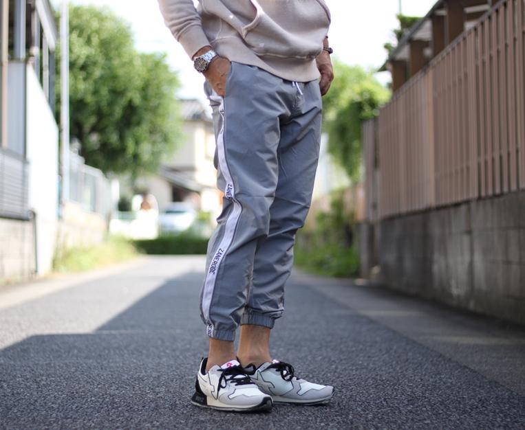 サイドラインナイロンジョガーパンツを穿いた男性