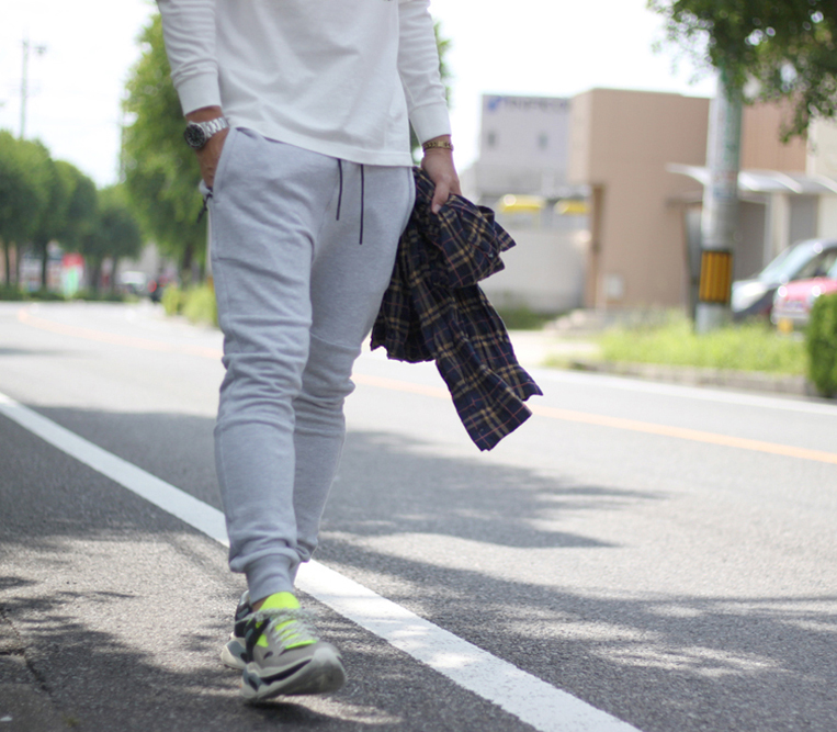 グレーのスウェットジョガーパンツを穿いた男性