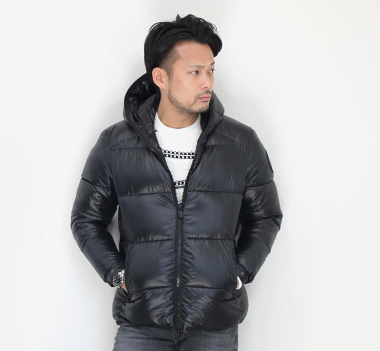 弱光沢感のあるブラックのエコダウンジャケットを着た男性