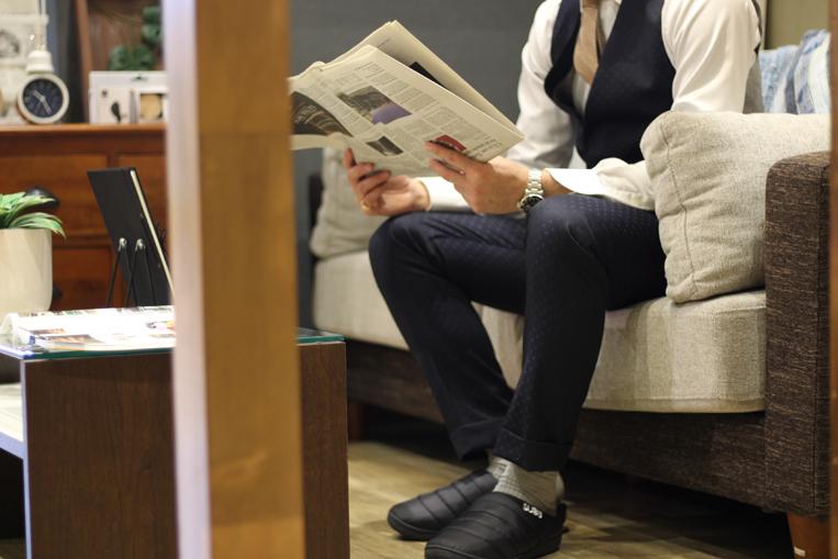 SUBU/スブを履いたスーツスタイルの男性