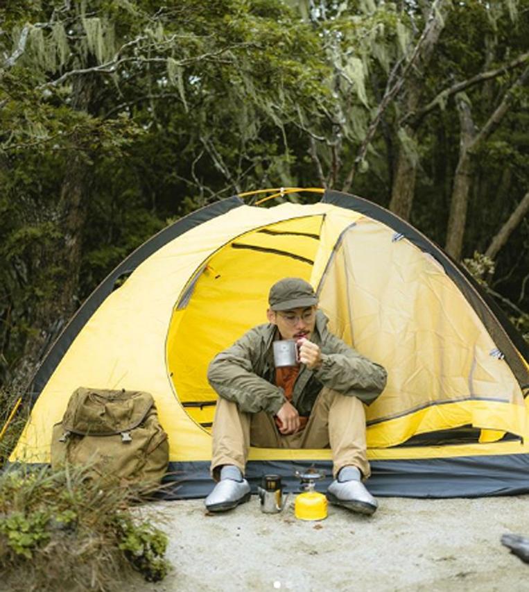 キャンプでSUBU/スブを履いている男性