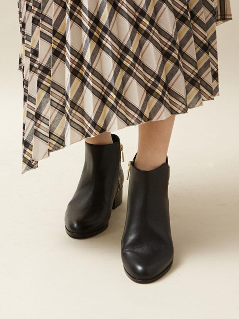 ブラックのショートブーツを履いた女性