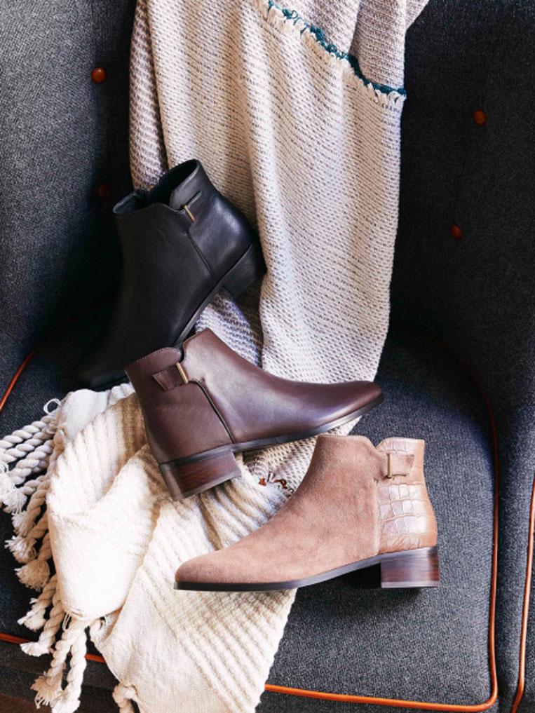 ソファーの上に置かれた3足のショートブーツ