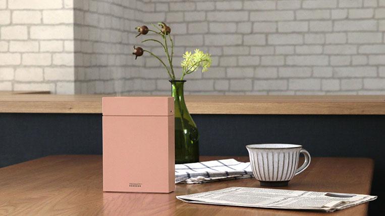 テーブルに置かれたピンク色のアロマ加湿器