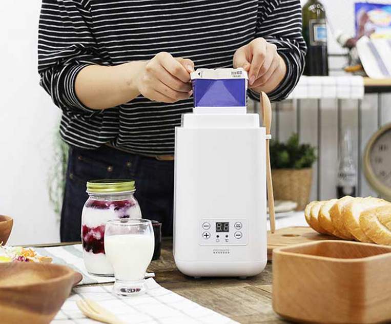 発酵グルメポットの牛乳パックをセットしている様子