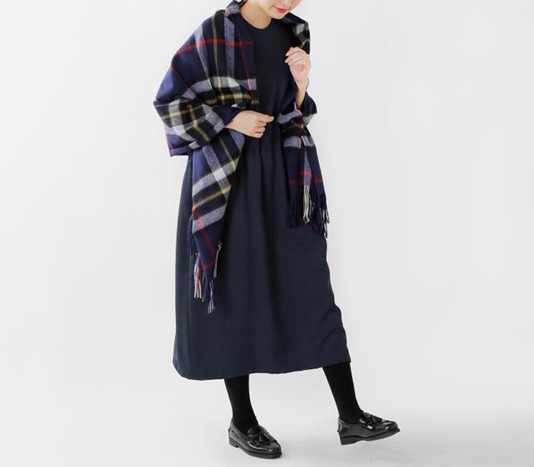 グレーチェックのストールを羽織った女性