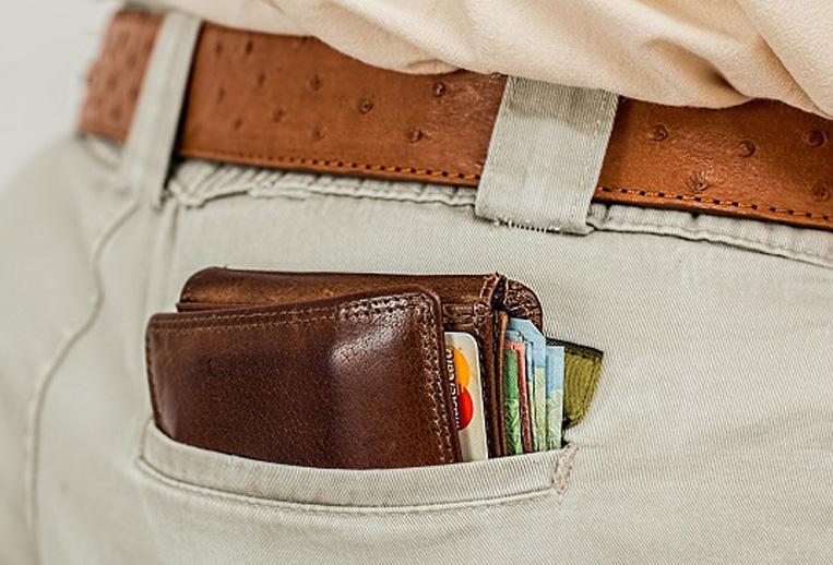 パンパンのお財布をお尻のポケッとに入れている男性