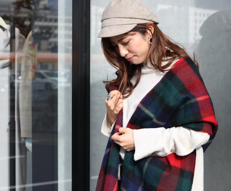 ブラックチェックのストールを羽織った女性