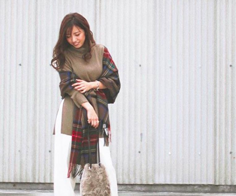 ブラウンチェックのストールを羽織った女性
