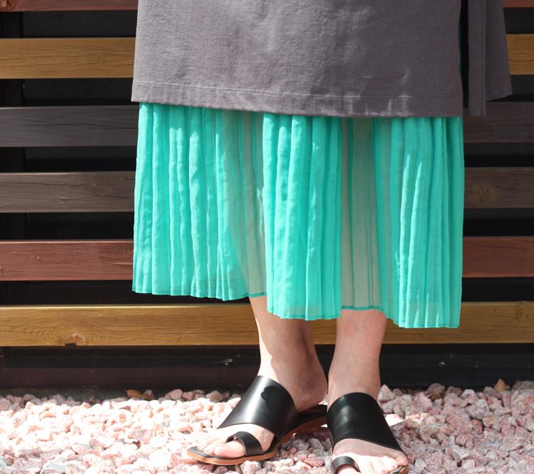 裾が透けたプリーツスカート
