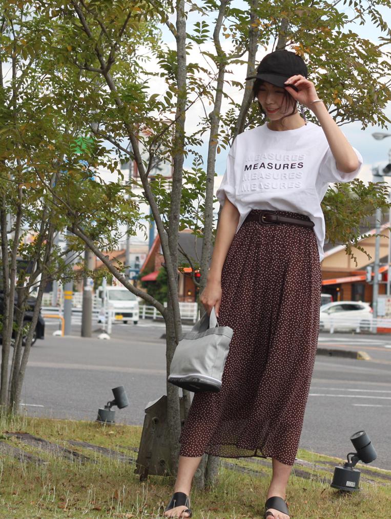 裾が透けたドット柄スカートを穿いた女性
