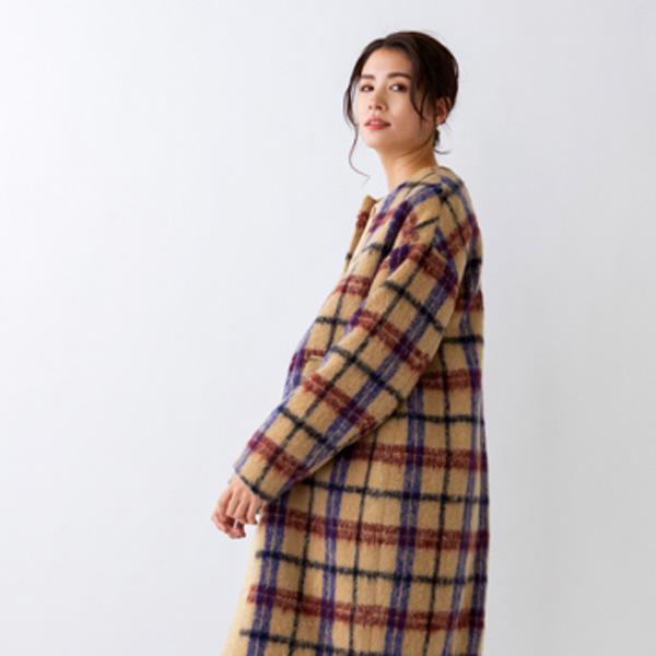 Sonoのチェックボアコートを着た女性