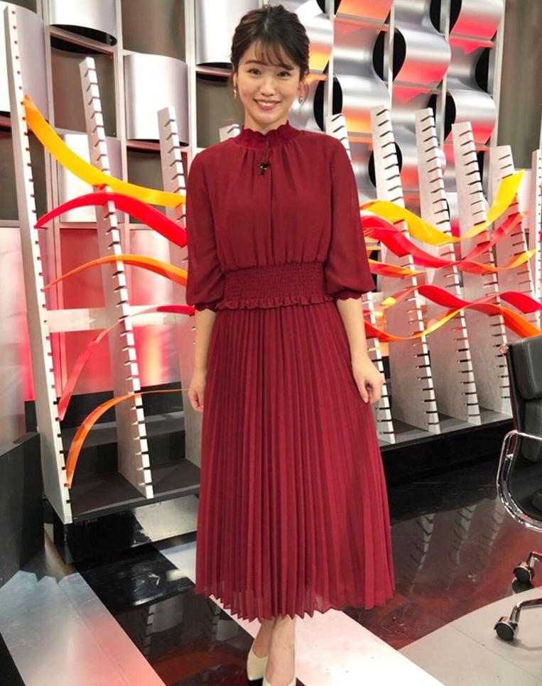 赤いロンドレスを着た女性