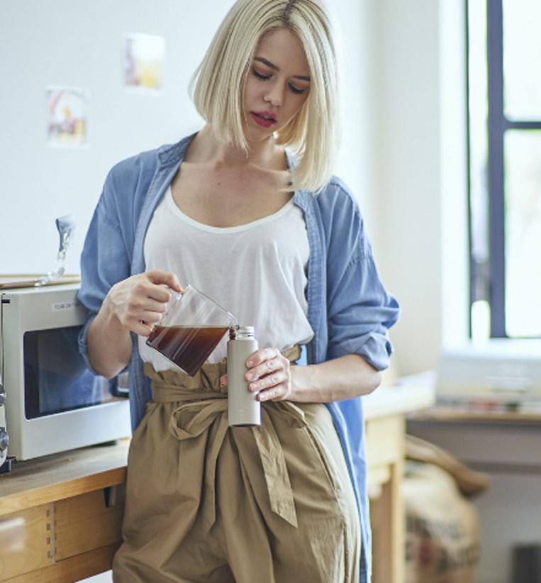 POKETLU(ポケトル)にコーヒーを注ぐ女性