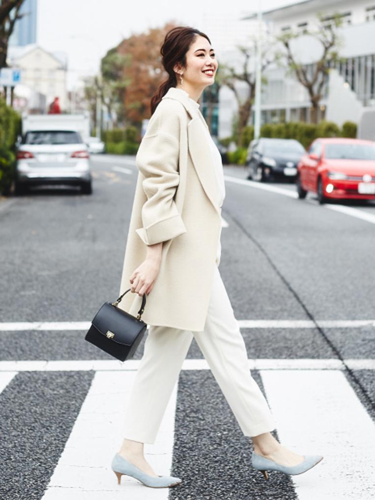 ライトブルーのポインテッドラインパンプスを履いた女性