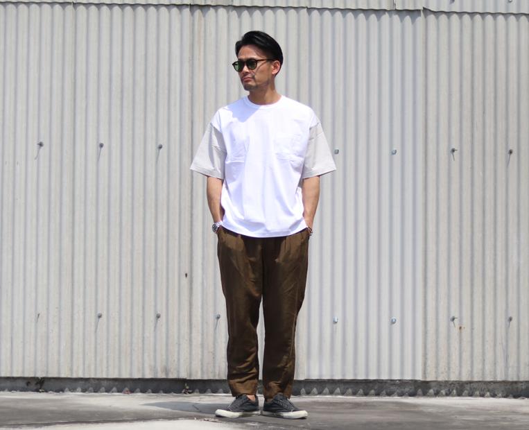 白の異素材切り替えカットソーを着た男性
