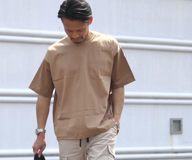 ブラウンの異素材切り替えカットソーを着た男性