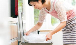 衣類を畳んでいる女性