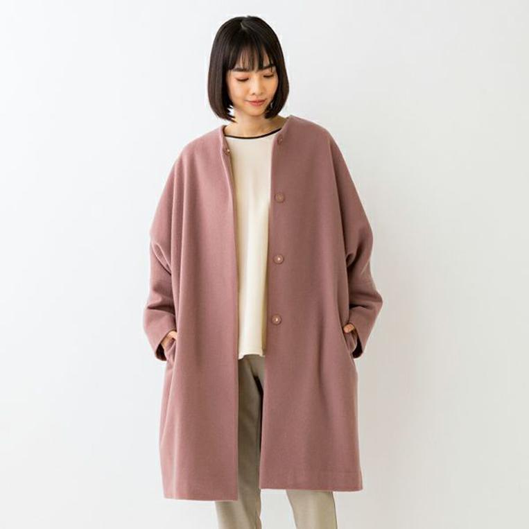 Sono(ソーノ)のコートを着た女性