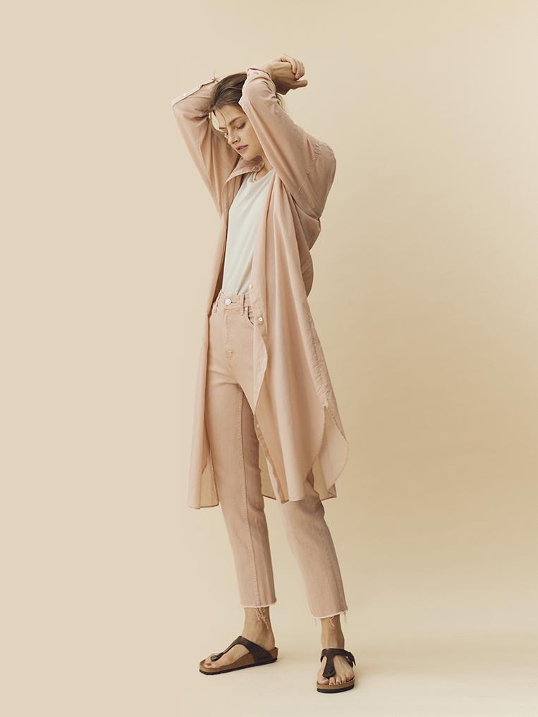 YANUK(ヤヌーク)のニュアンスカラーデニムを穿いた女性