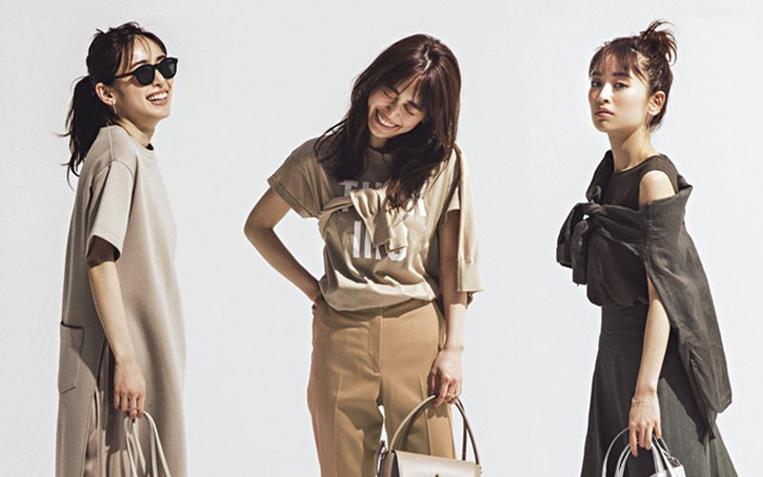 ニュアンスカラーの洋服を着た女性