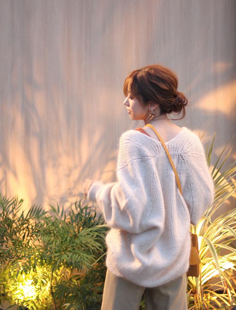 ホワイトニットを着た女性