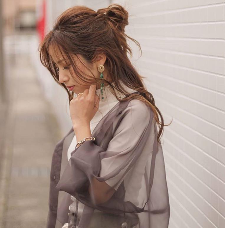 シアーシャツを羽織った女性