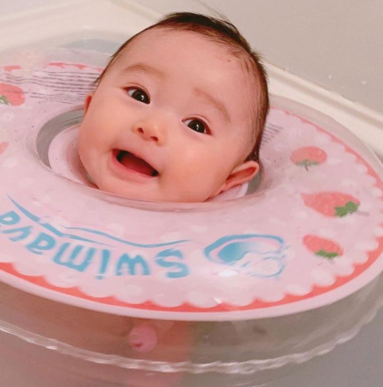スイマーバを使う赤ちゃん