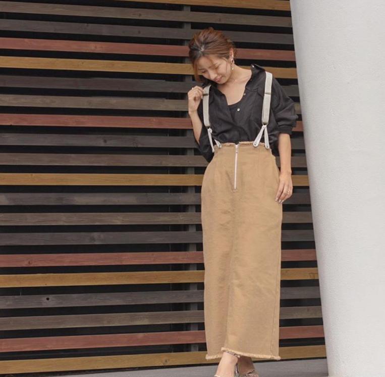 タイトスカートを穿いた女性