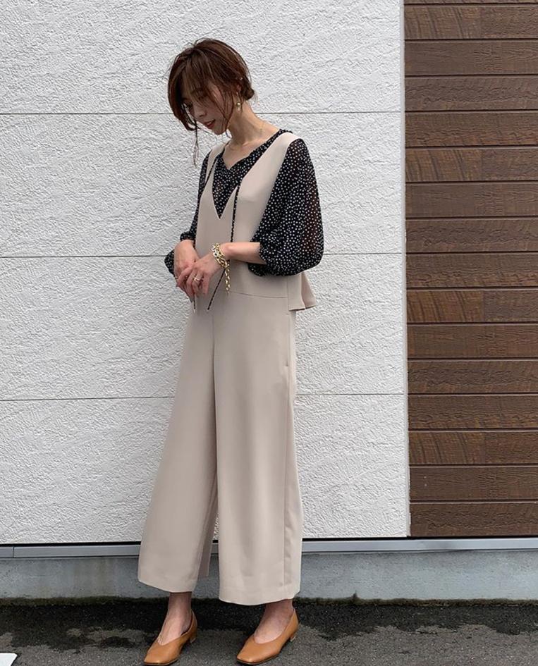 サロペットを着た女性