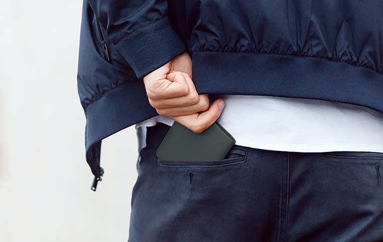 ベルロイのノートスリーブをポケットに入れている男性
