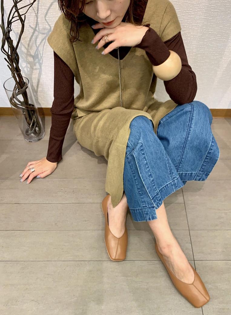 MOHI(モヒ)のスクエアトゥパンプスを履いた女性