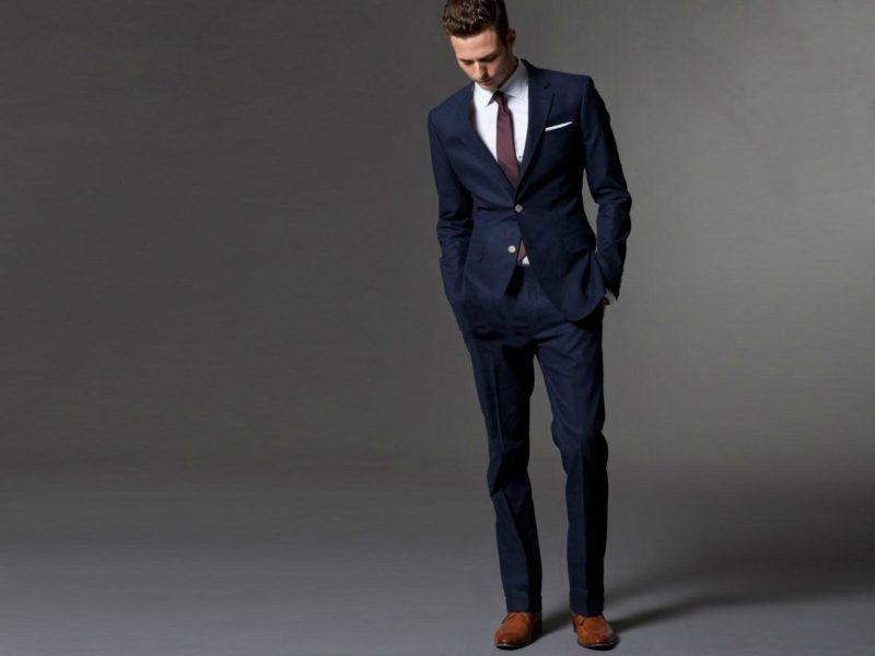ダークネイビーのスーツを着た男性