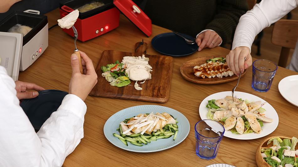 サラダチキンメーカーが置かれた食卓