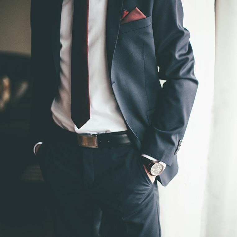 ブラックスーツを着た男性