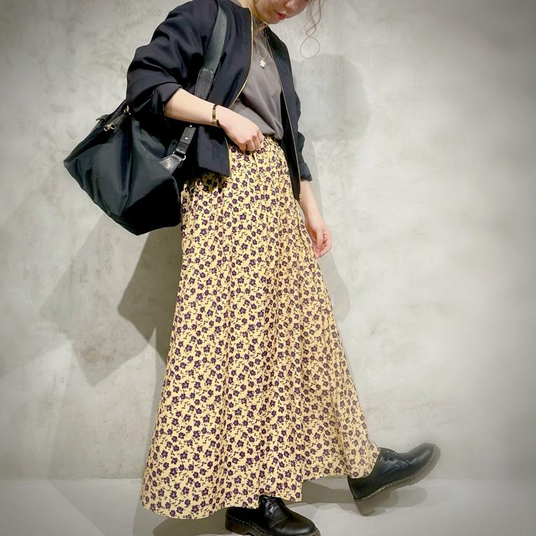 小鼻柄のスカートを穿いた女性