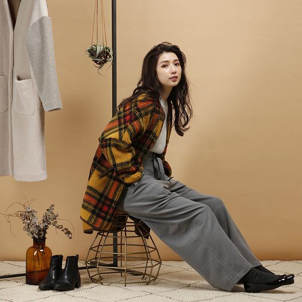 Trois(トロア)の服を着た女性