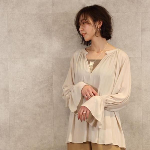 シアーブラウスを着た女性