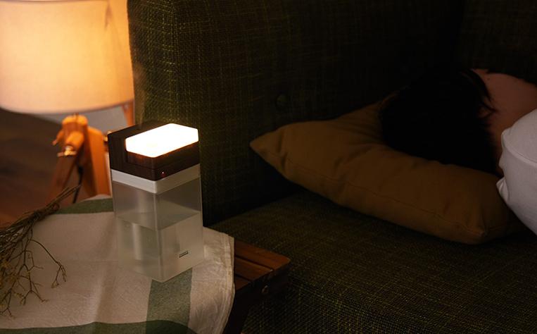 充電式コードレス加湿器 LEDライト付のライトをつけた様子
