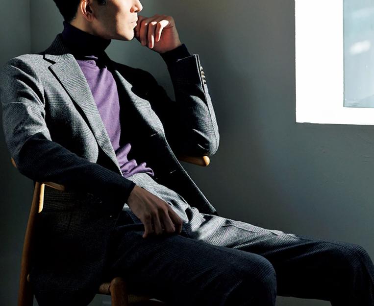グレーのフランネル地のスーツを着た男性