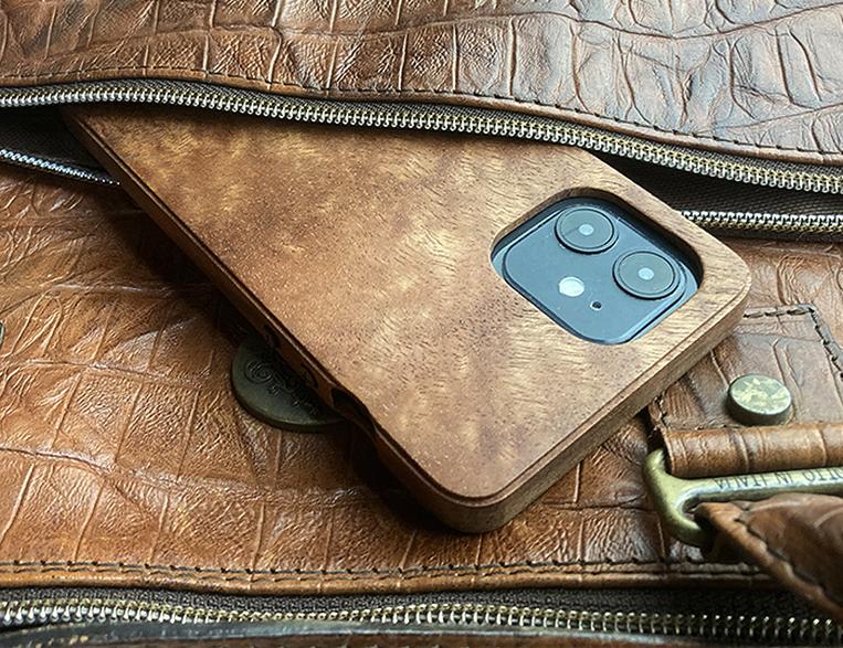 木製のスマートフォンケース