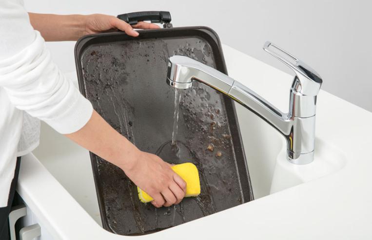 ホットプレートを洗っている様子